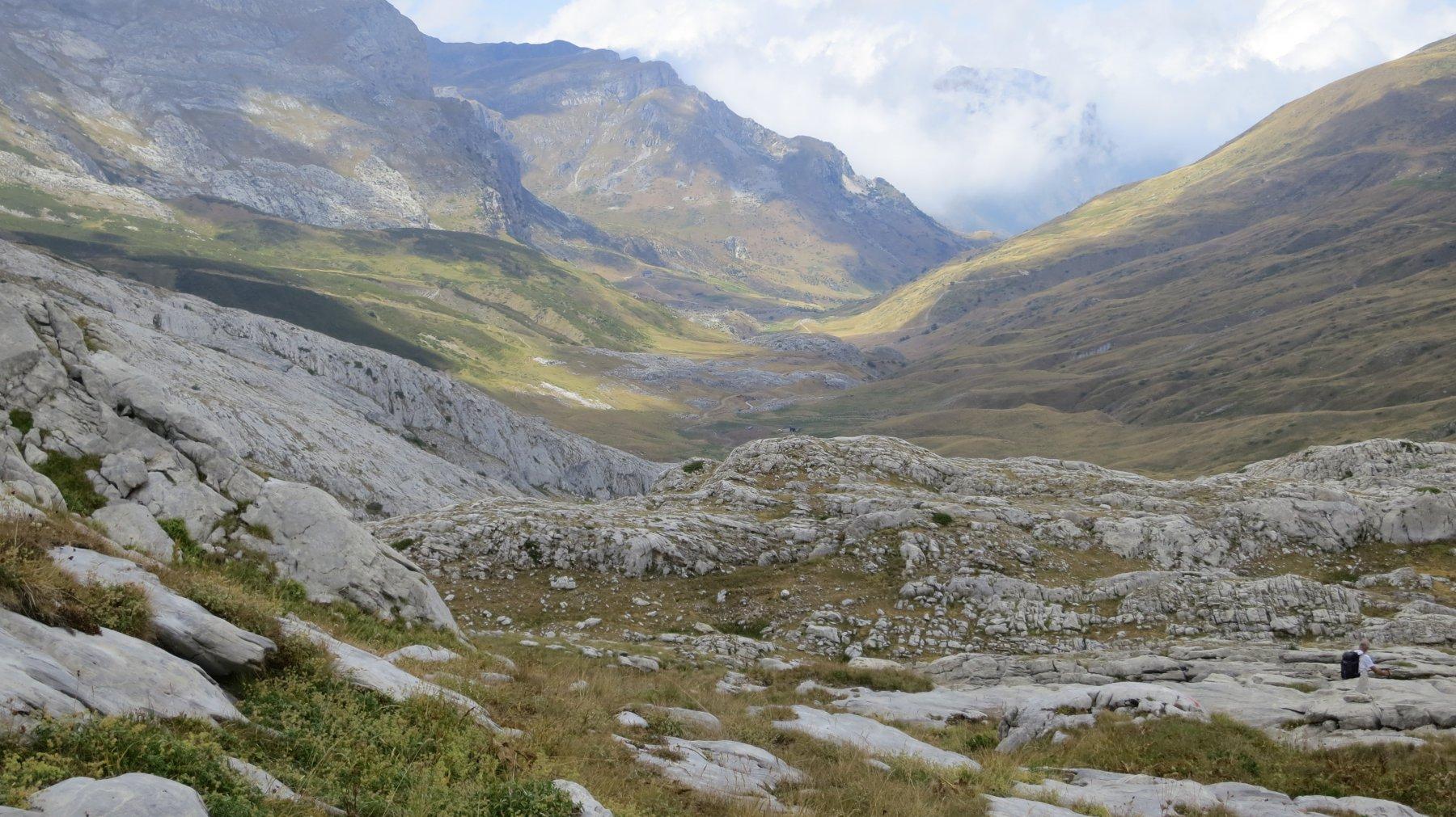 la traccia serpeggia fra le placche di roccia