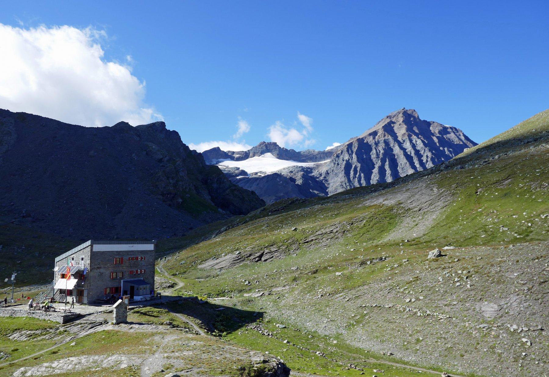 Il rifugio Gastaldi e la Ciamarella sulla destra