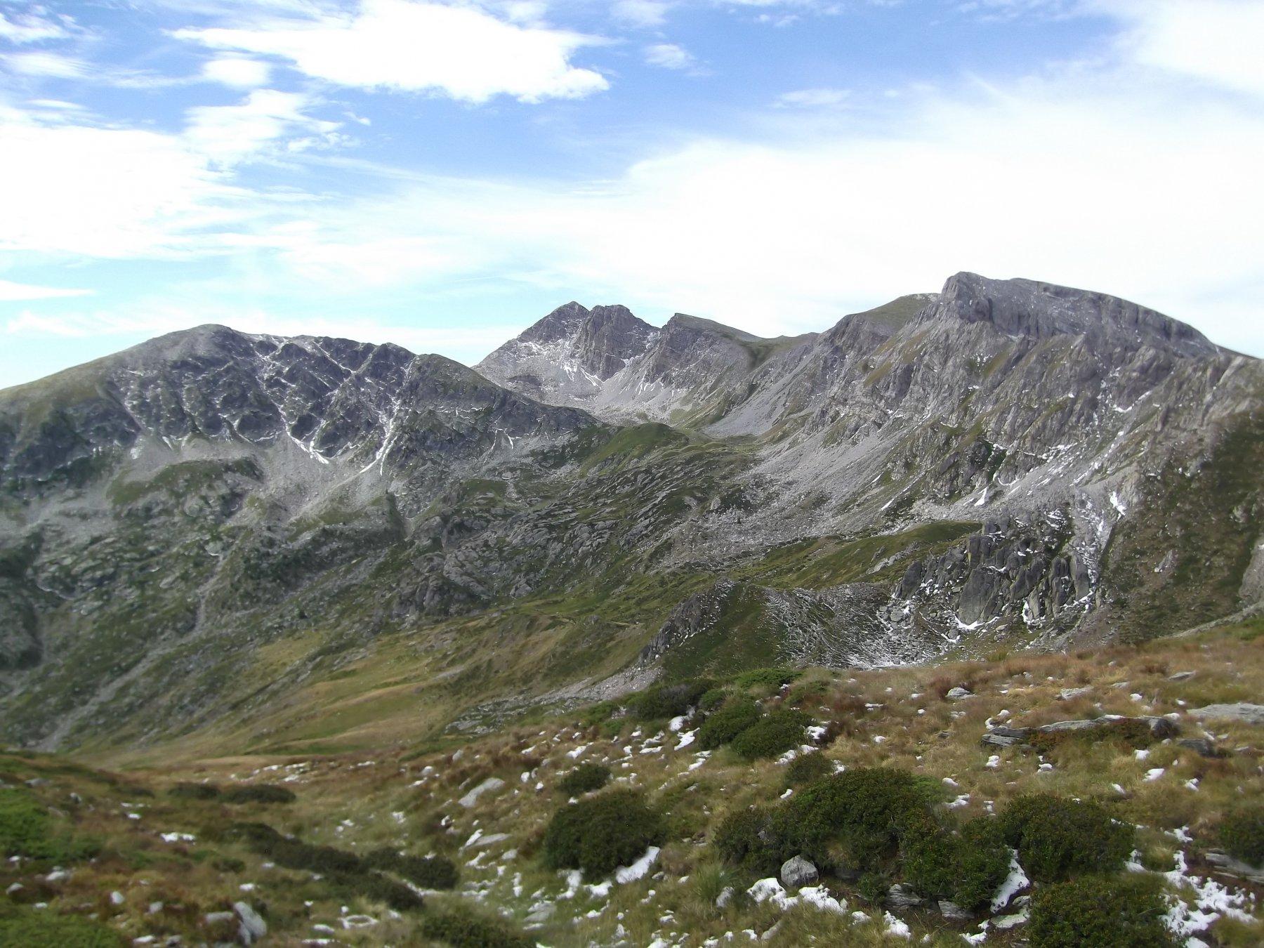 Al centro il Bric Conoia con la valletta di salita.