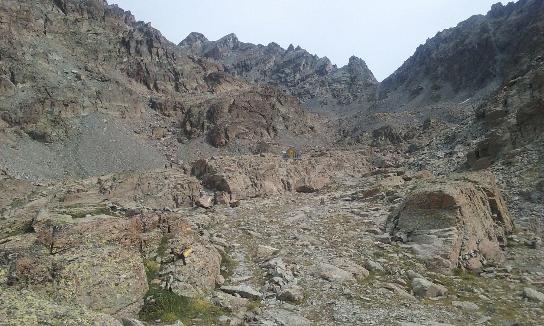 Il bivacco Boarelli nel bellissimo anfiteatro roccioso