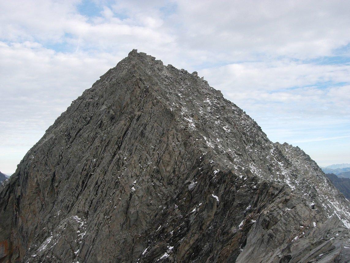 P.te de l'Echelle vista dal Gran Roc. La vetta è l'ultimo risalto aguzzo sulla destra.