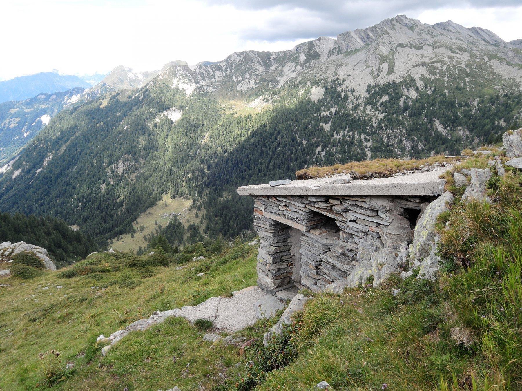 Bivacco affacciato sulla Valle Agrasino, ad Ovest del Passo Campolatte