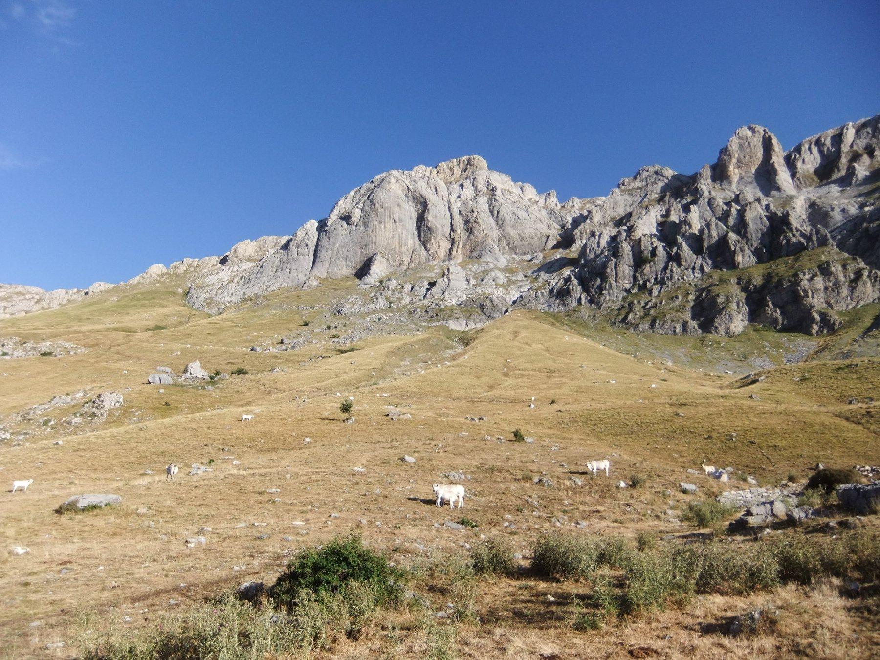 Il Passo del Cavallo all'estrema sinistra della foto