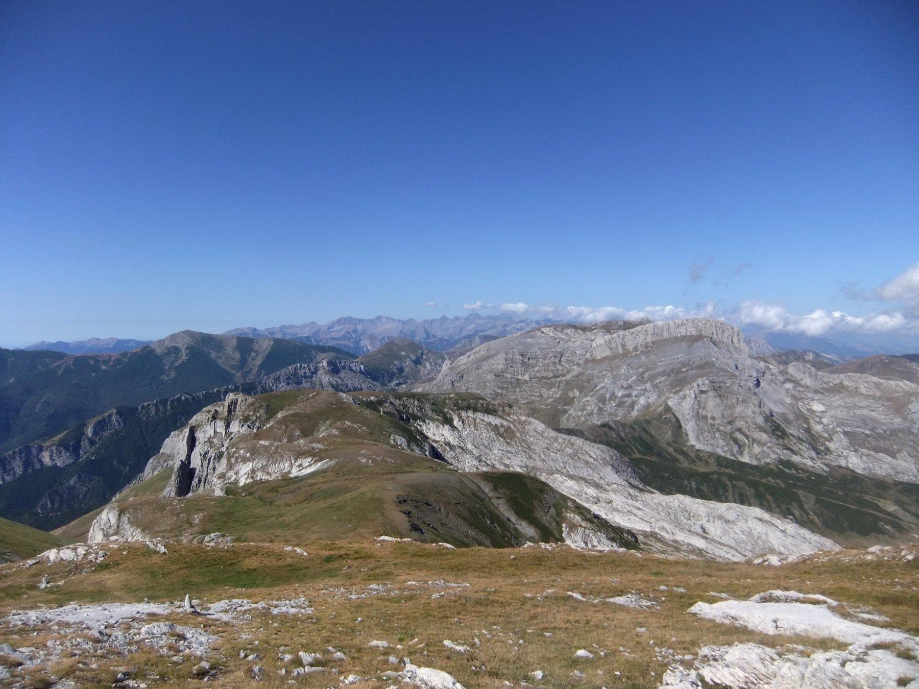 Dalla vetta del Mongioie , la via di salita , le Liguri e le Marittime .