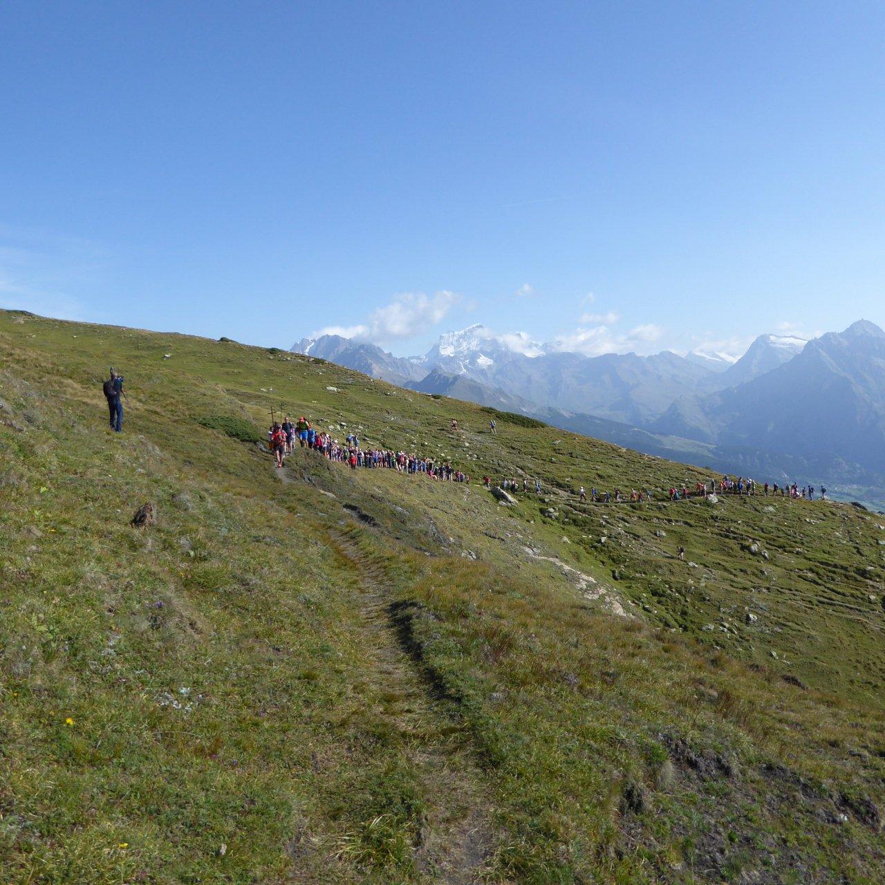 in salita, al punto di incontro con la processione che parte da Gignod, al cospetto di grandi panorami...