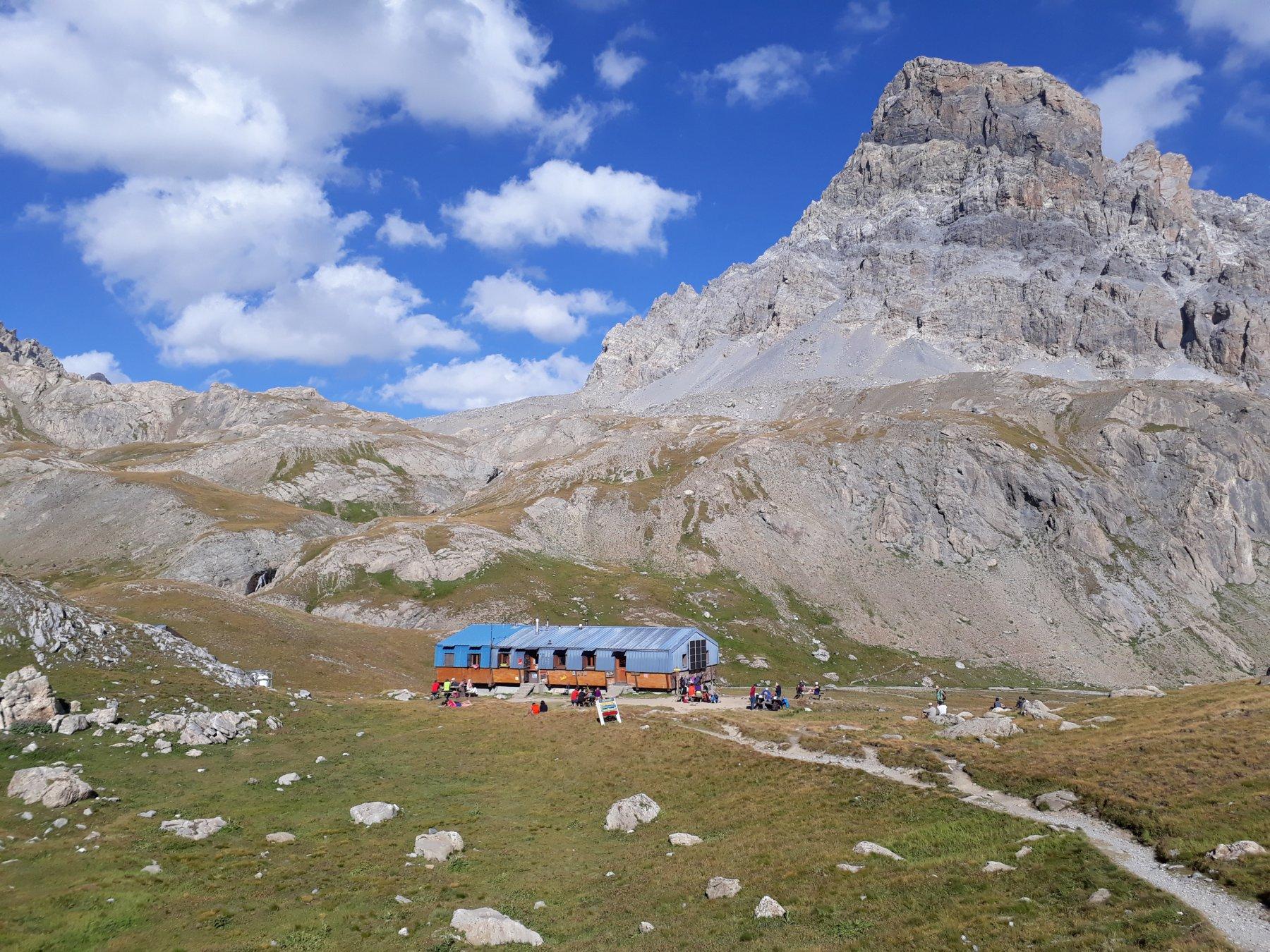 Il rifugio Chambeyron, sullo sfondo il Brec del Chambeyron