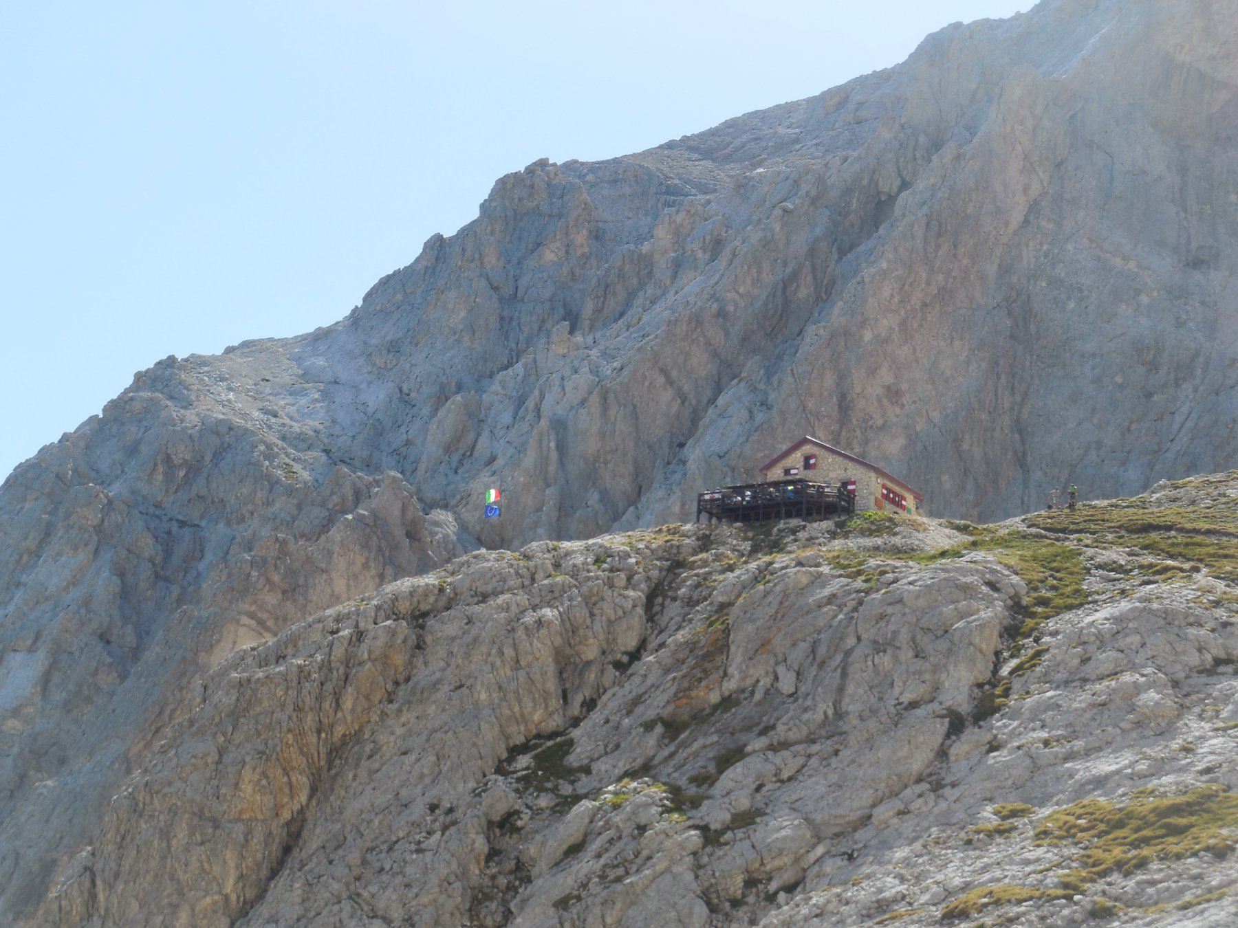 Vista sul Rifugio Franchetti con dietro l'inizio del Sentiero Ricci