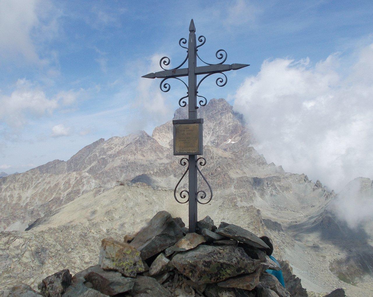 Il Monviso svetta dietro la croce di vetta