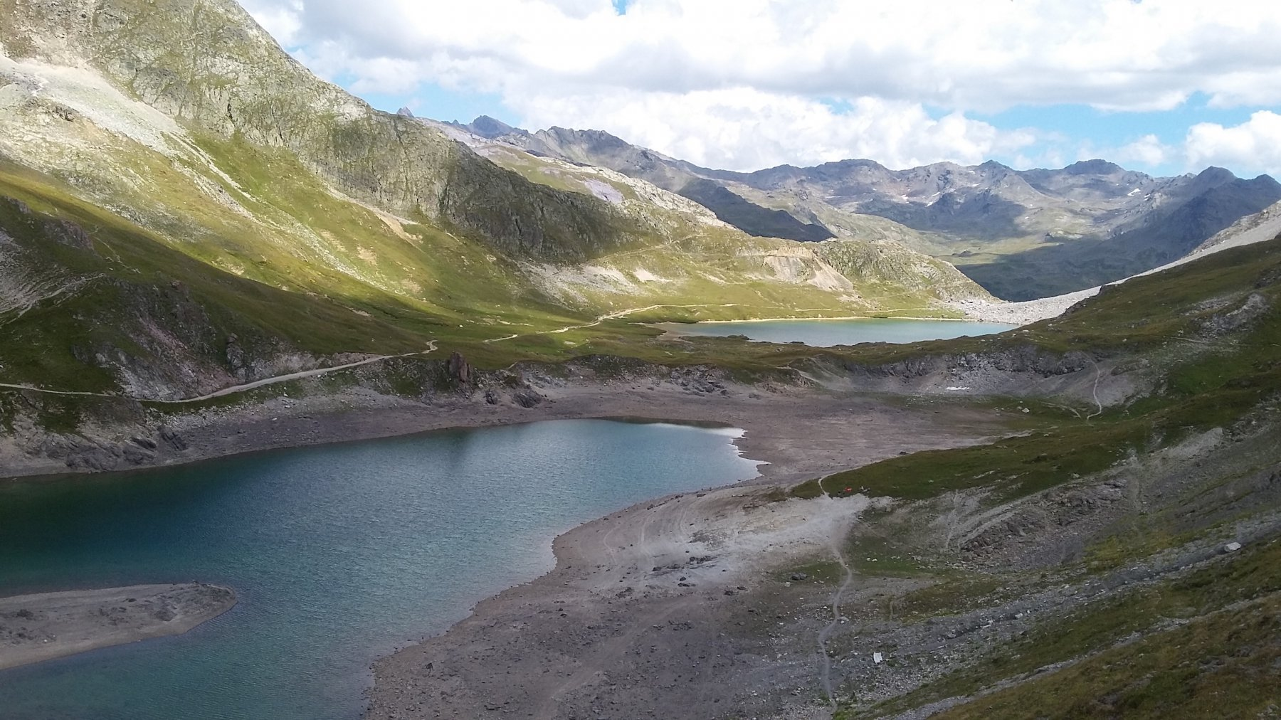 dal Col des Rochilles i laghi con al fondo la Gran Tempesta