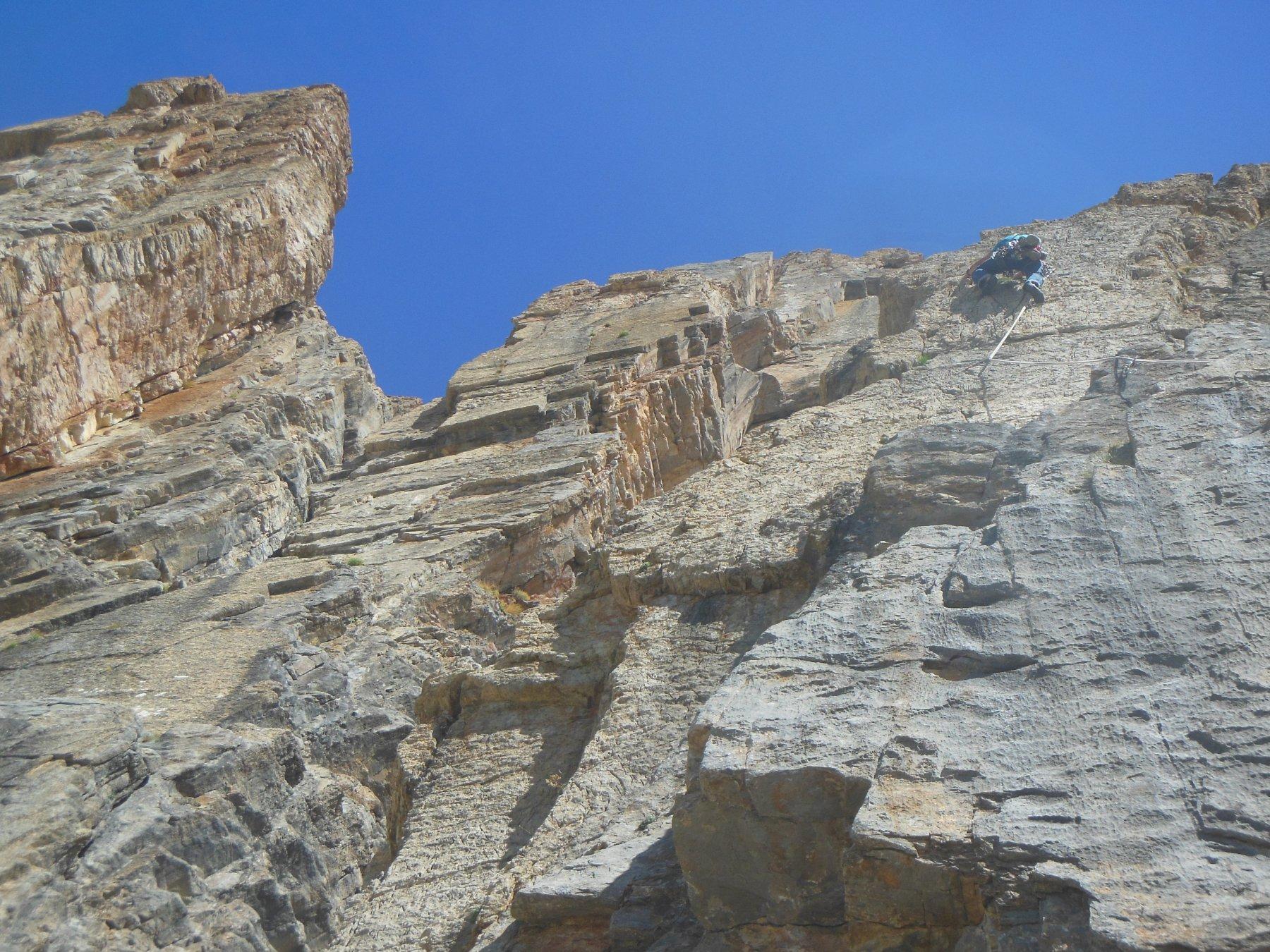Tiro di 6c+...dopo la liscia ed ostica placca, un meraviglioso muro verticale a rigole e buchi
