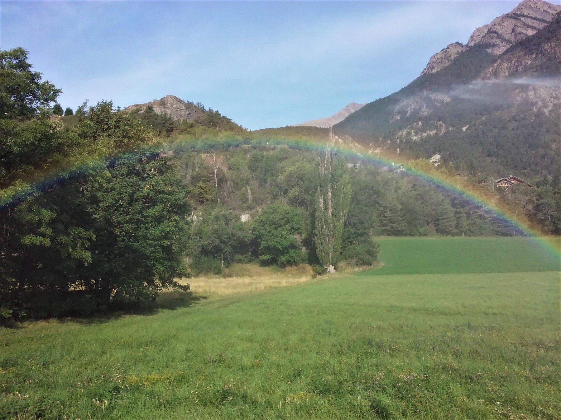 Jausiers: il mini-arcobaleno generato dallo spruzzo di un irrigatore.