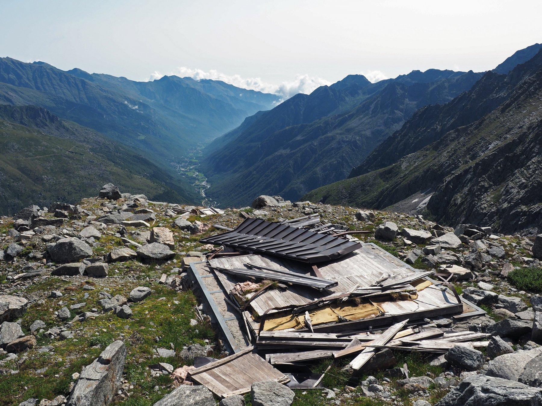 Rovine del bivacco che si affiacciano sulla Val Grande