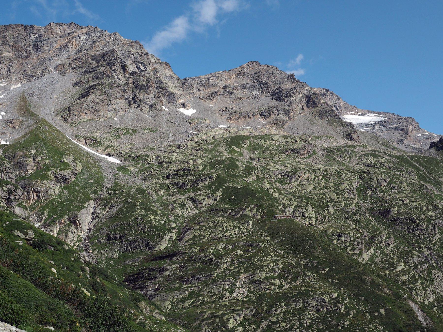 Il rifugio Daviso sul versante opposto visto dal bivacco Ferreri-Rivero