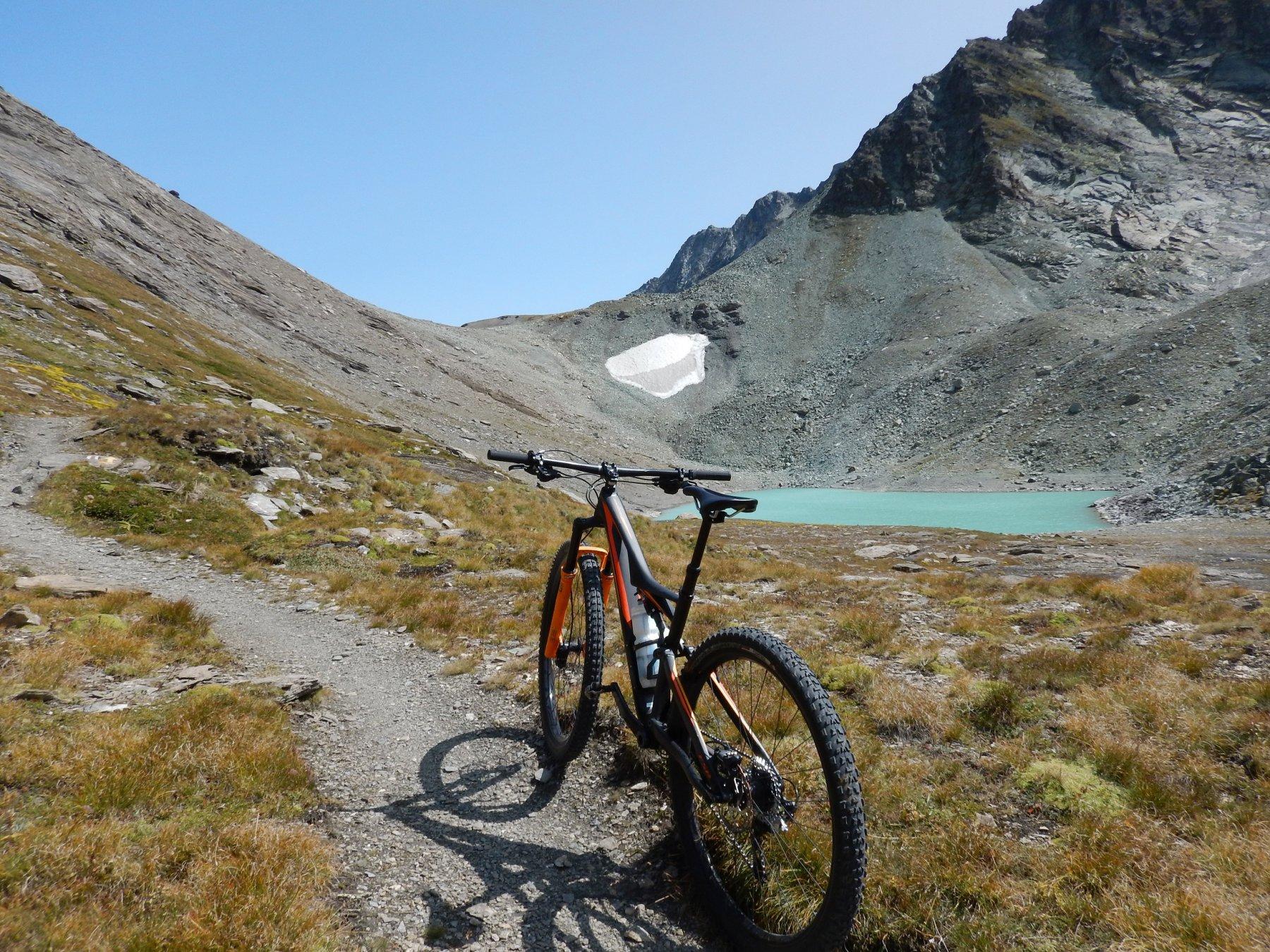 lago e colle sullo sfondo