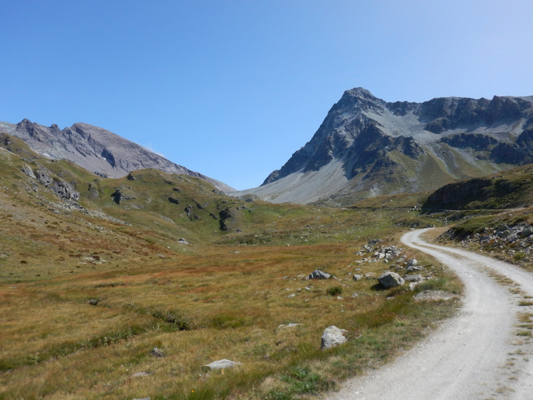 al centro il colle, sulla sinistra il monte avril e a destra il gele