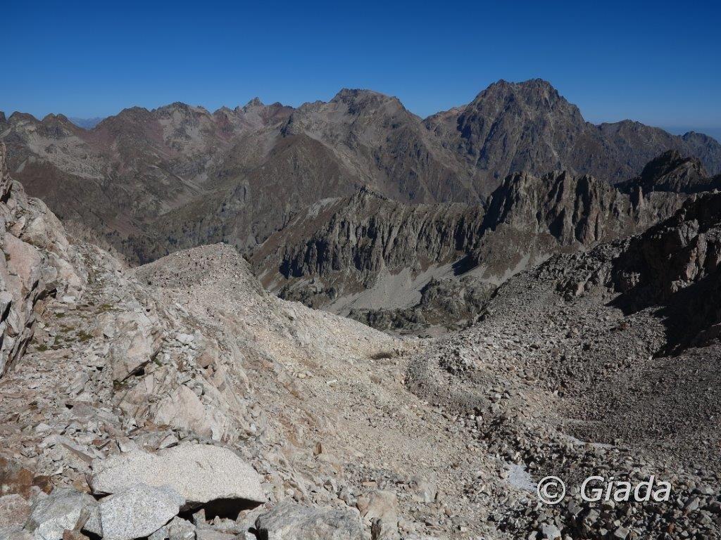 La parte alta del percorso vista dalla casermetta al Passo di Tablasses e dietro il Matto