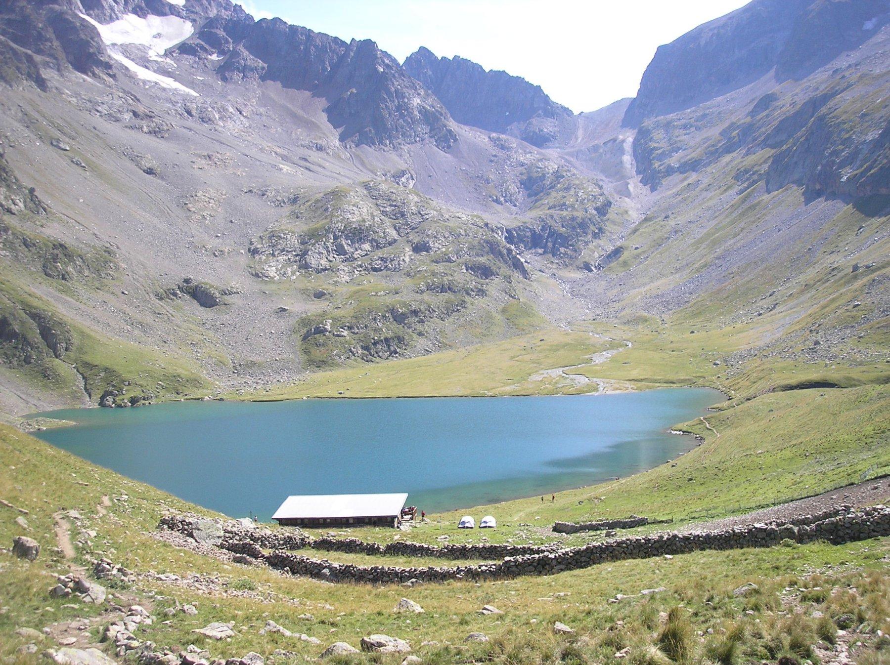 Il rifugio e il lago dal sentiero d'arrivo