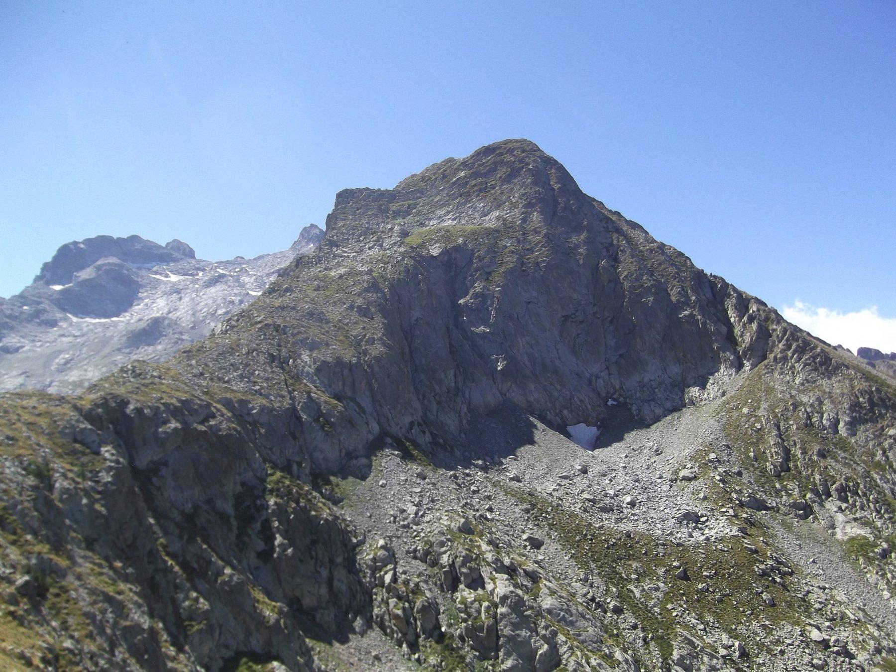 Punta della Siula con la cresta di salita vista da Punta Pantacreus.