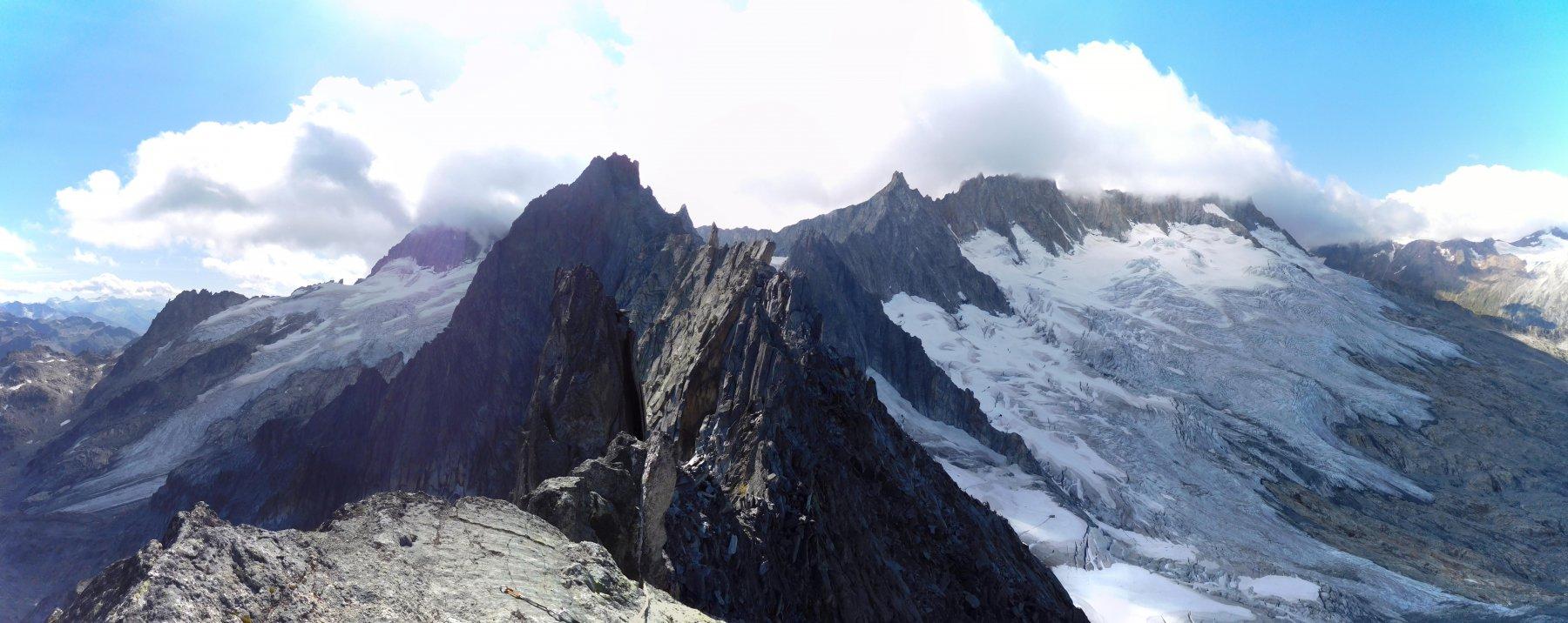 Il panorama dalla vetta...e la triste evoluzione del ghiacciaio rispetto alle foto pubblicate da damup nel 2009