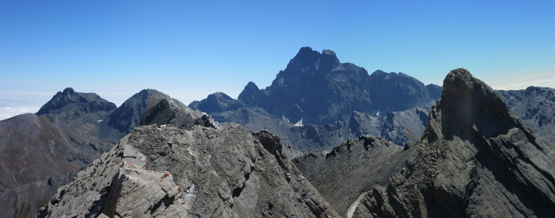 Panorama dalla vetta: Monviso al centro e Pic d'Asti sulla destra