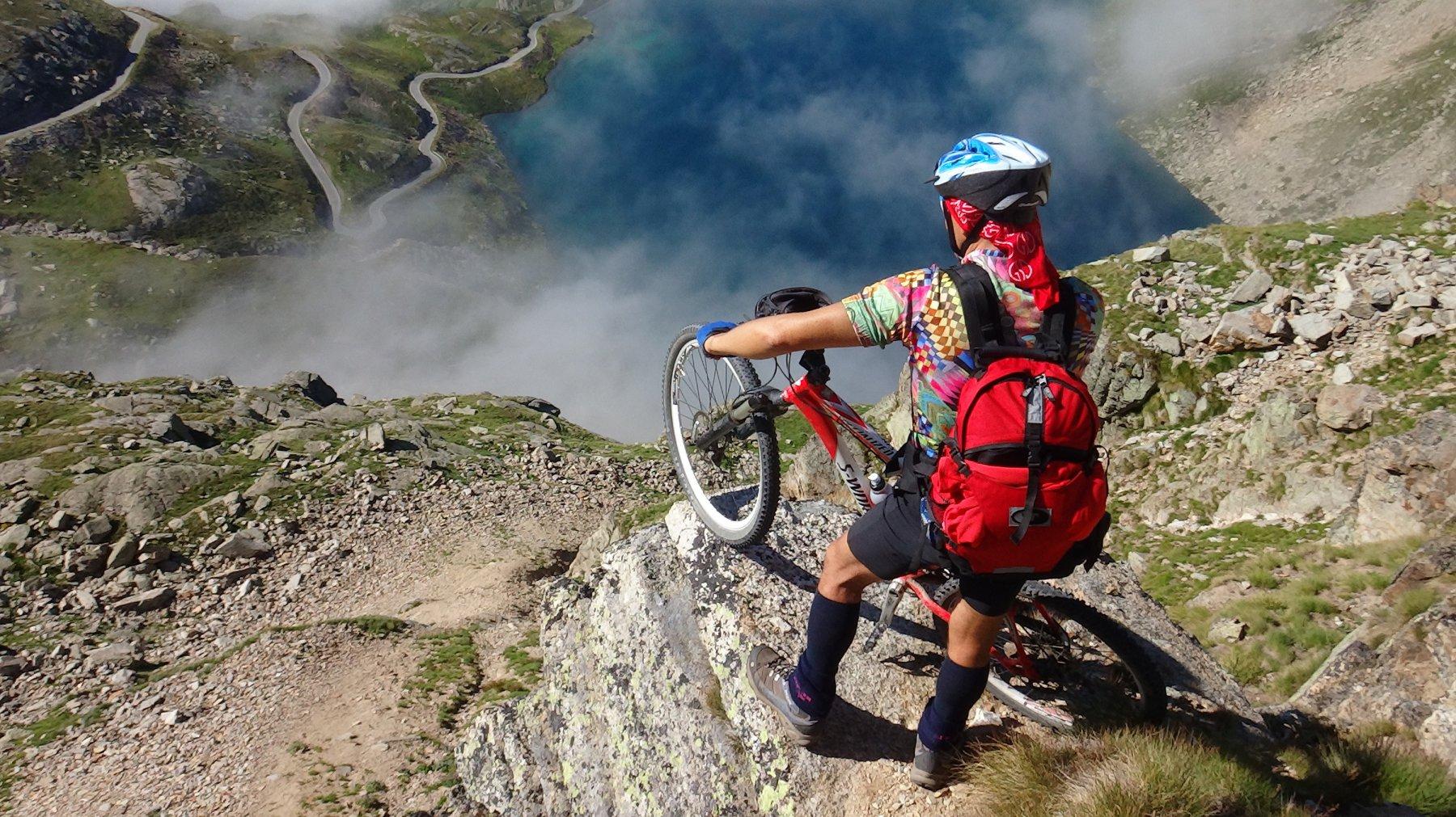 uno sguardo al lago Agnel ed agli spettacolari tornanti del Colle del Nivolet versante Piemontese