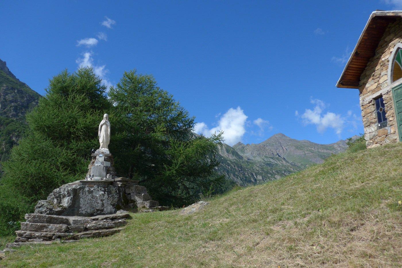 La statua e la chiesa