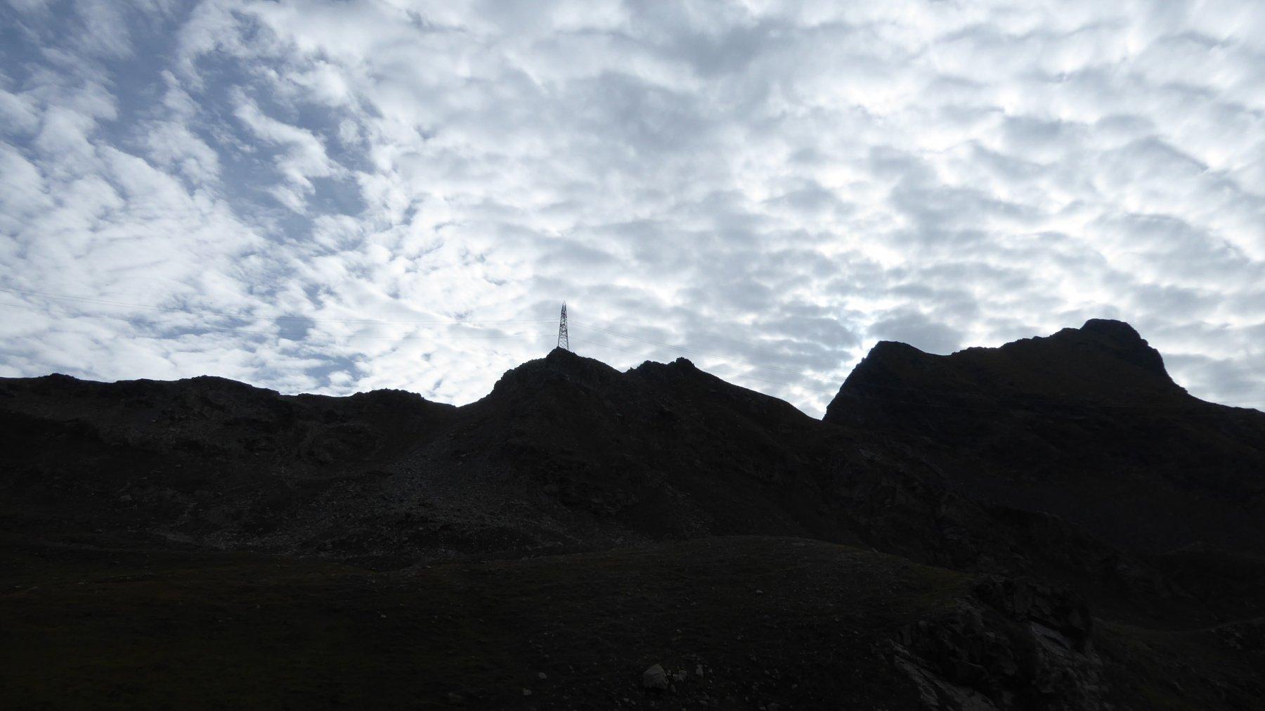 Salendo al Colle Larissa, a destra il Monte Nero