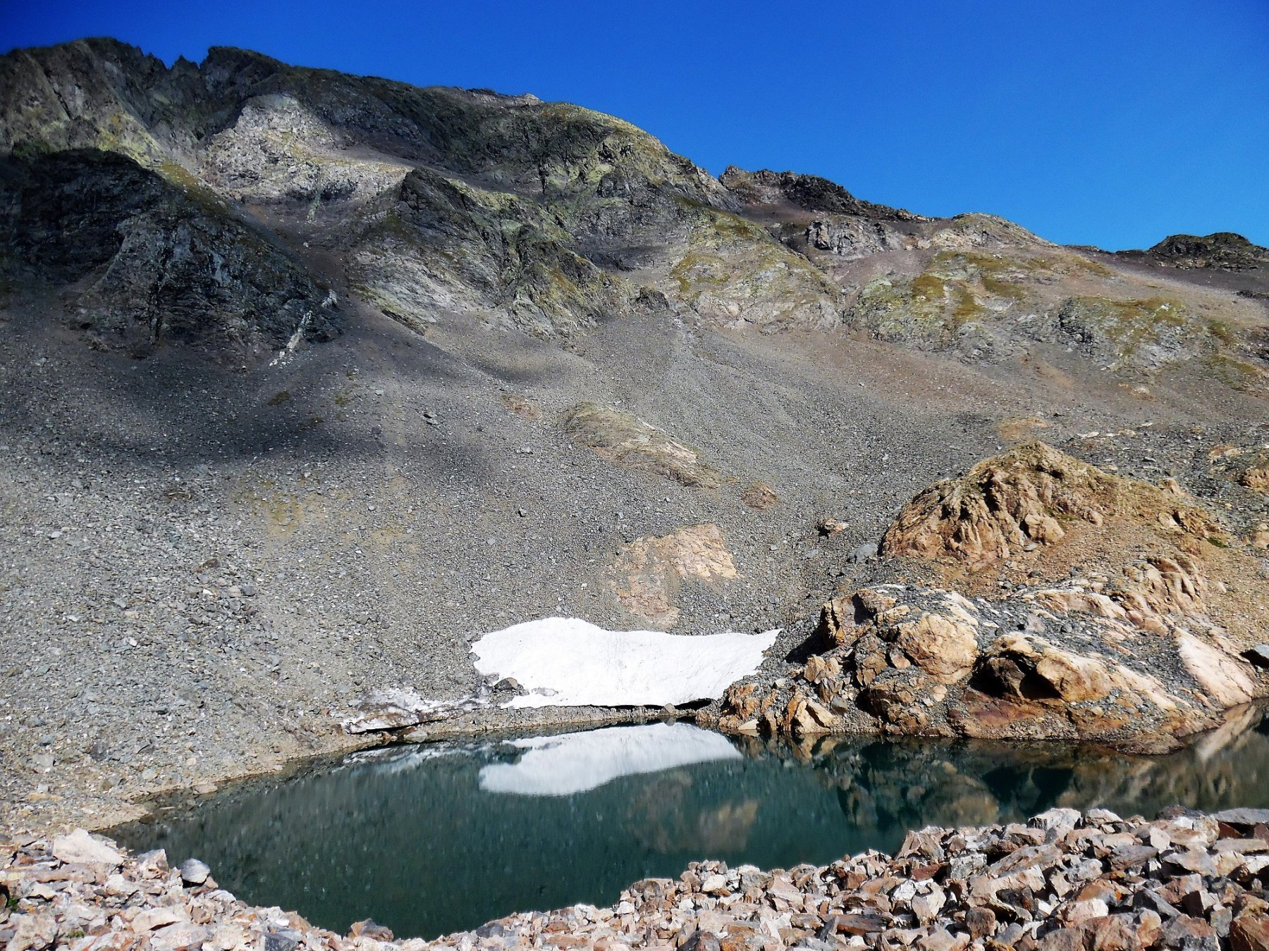 Lago alto di Malgina 2520 m. Dietro, Diavolo di Malgina