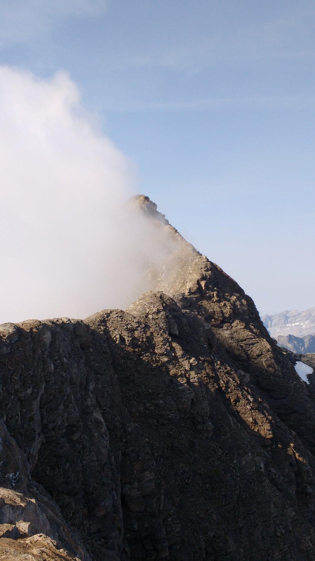 Le nebbie iniziano ad accarezzare la cima