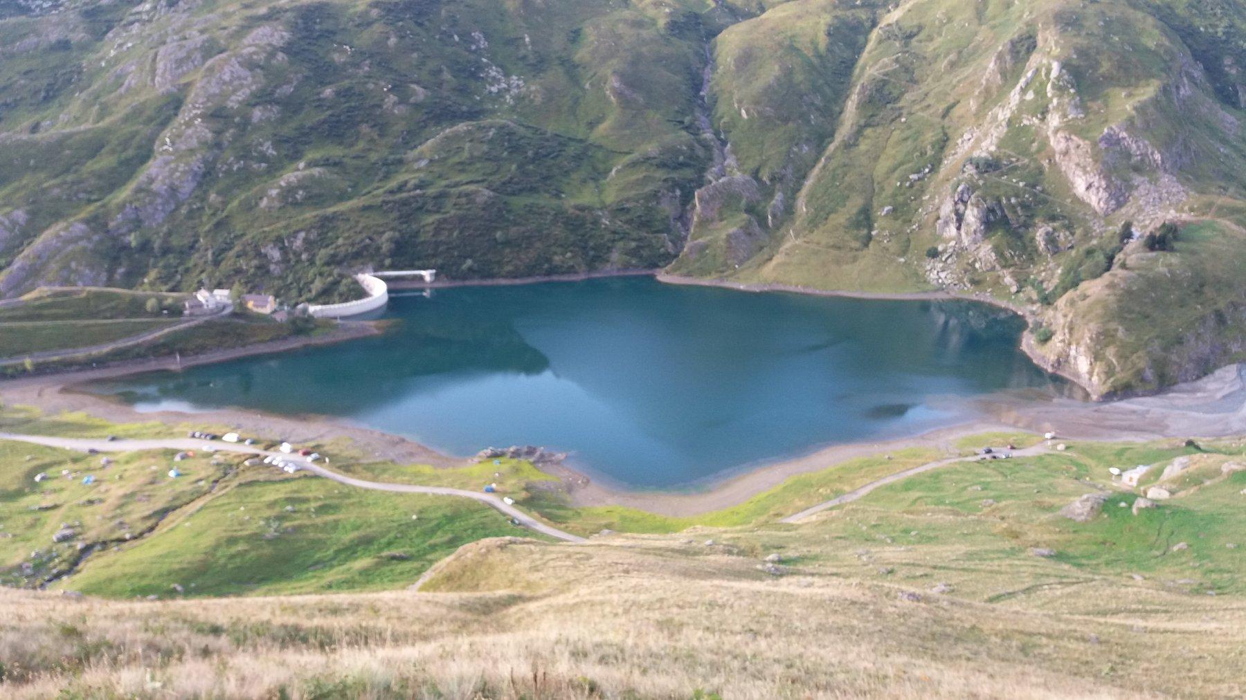 Salendo il ripido tratto erboso sopra il lago di Malciaussia