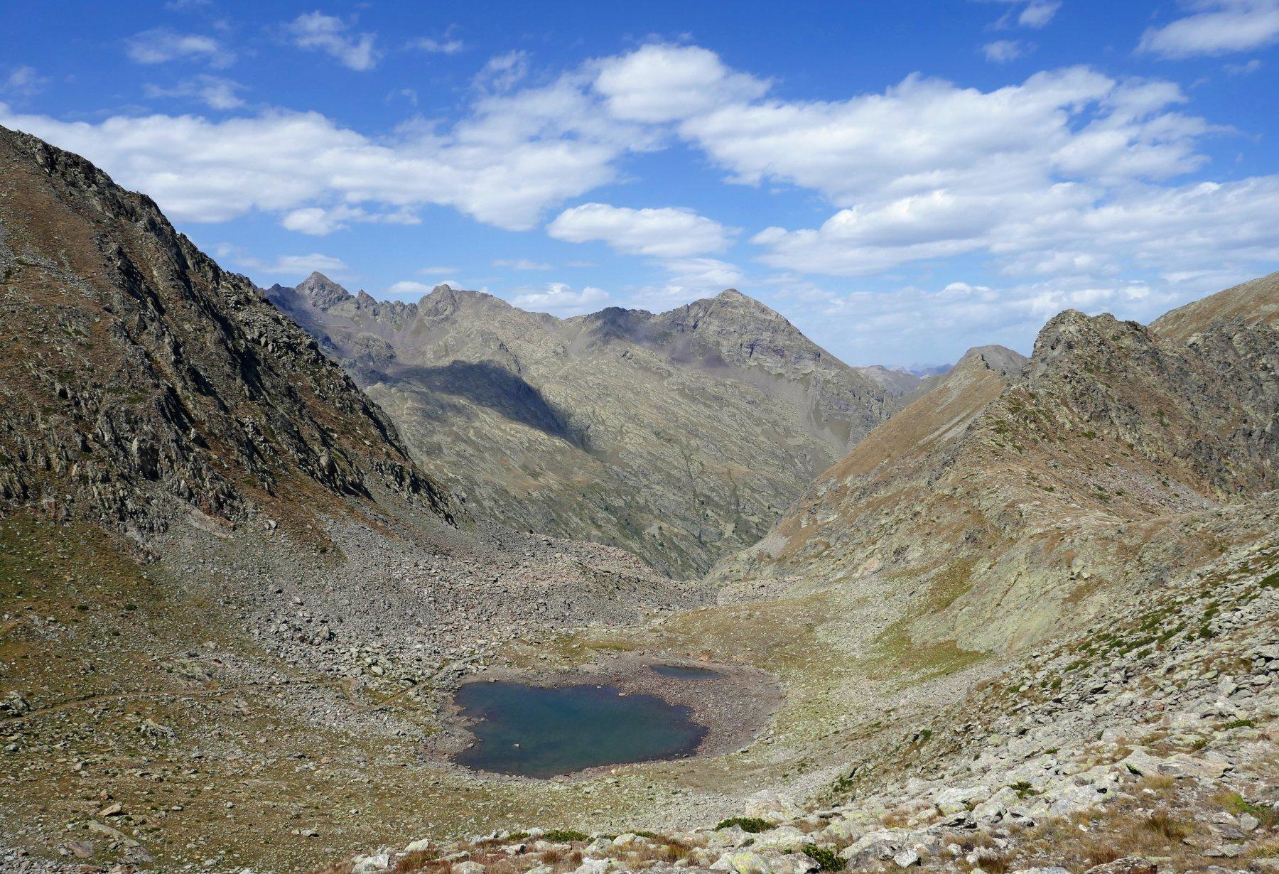 Il lago di Seccia visto dal colle omonimo, sullo sfondo Corborant, Giofreddo e Laroussa