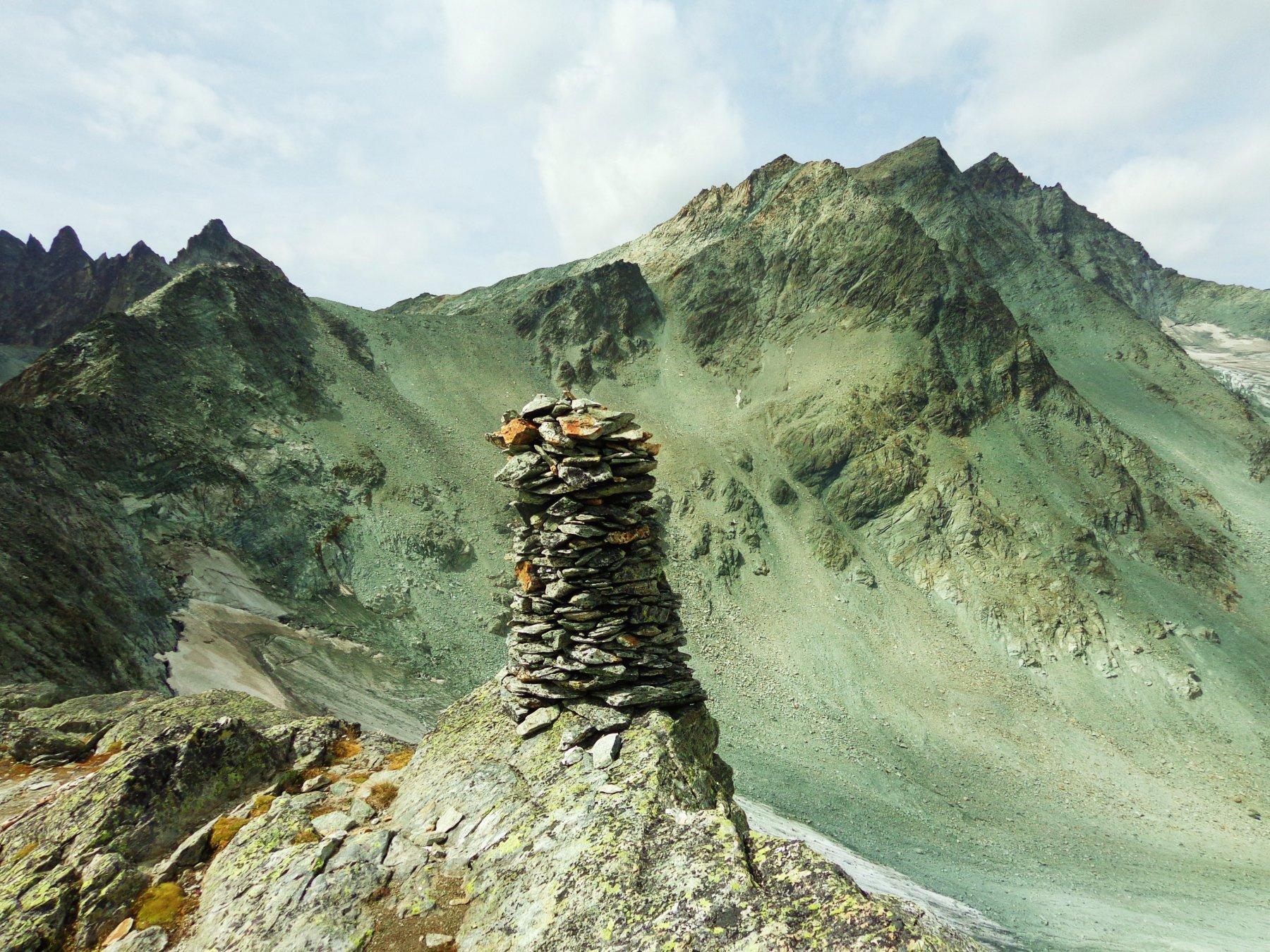 Ometto gigante con dietro Mont Gelè e a sinistra in basso Ghiacciaio Crète Seche