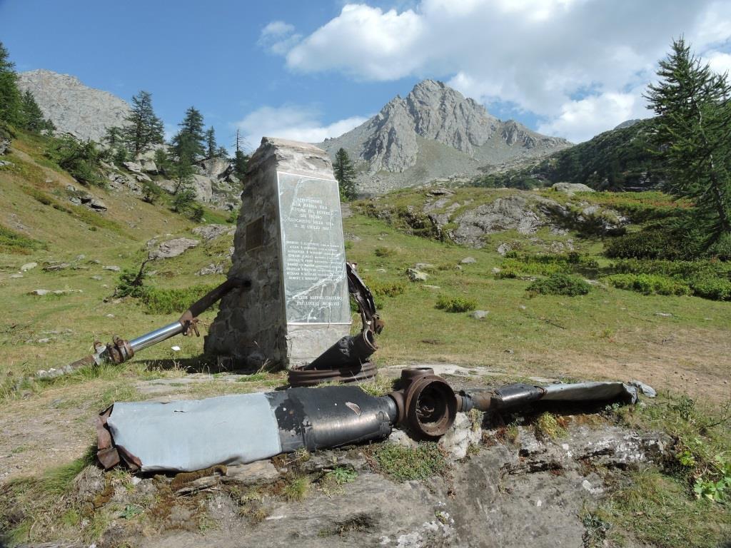 Il monumento ai caduti dell'aereo americano a Pian Sineive.