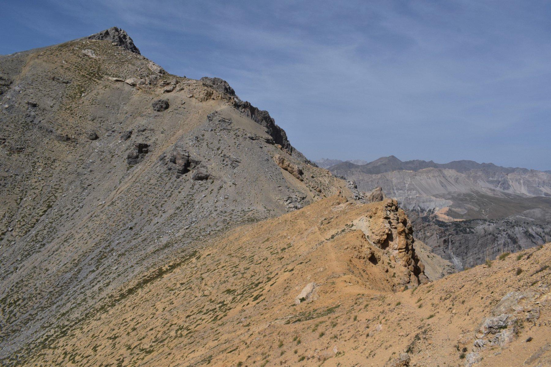 la Cima della seur dal colle, con la traccia che corre sotto le roccette della cresta