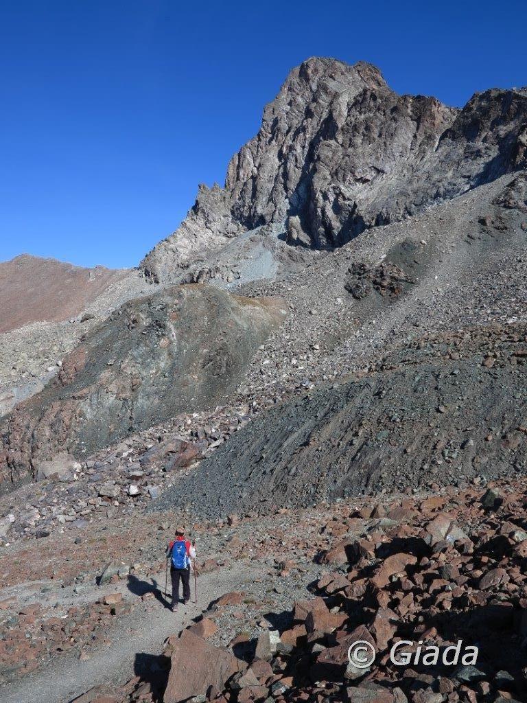 In discesa dal Col de La Noire, la Niera lato ovest e il ghiacciaio fossile