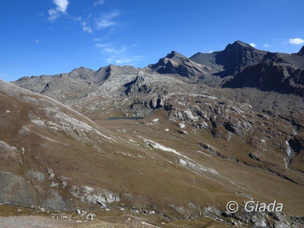 Salendo al Col de La Noire uno sguardo indietro verso il Lac de Longet
