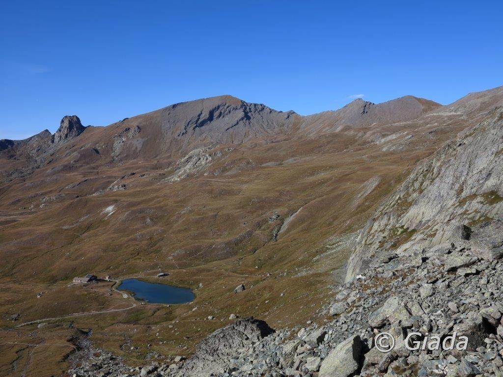Lago e refuge de La Blanche e dietro i pascoli per salire al Col Chamoussiere