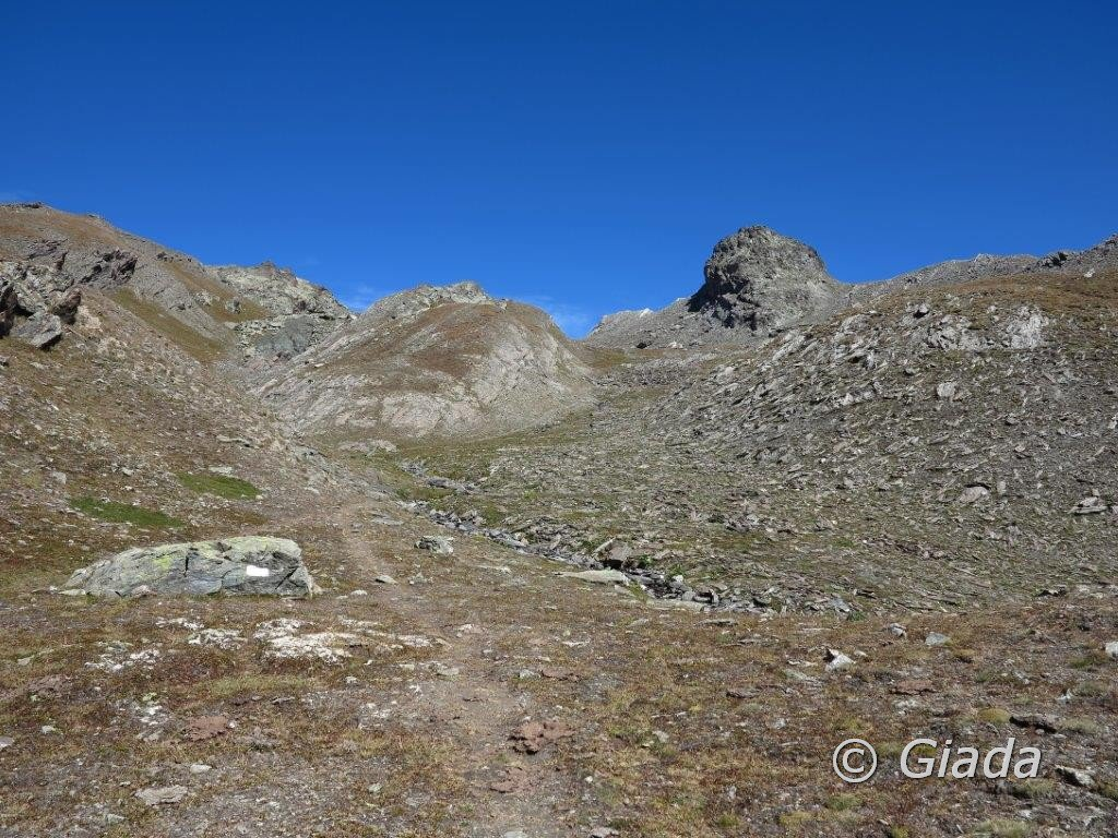 La Rocca del Nigro, a sinistra della Rocca da dove siamo arrivate, a destra il canale dove si sale e al centro nei prati il sentiero