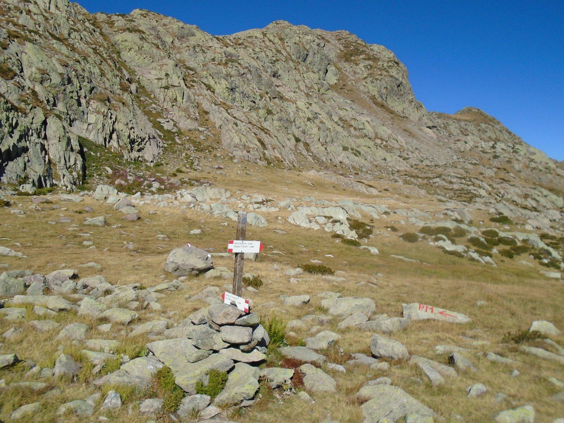 Indicazioni per Porta Marguareis(in alto a sx) nei pressi del Lago Rataira