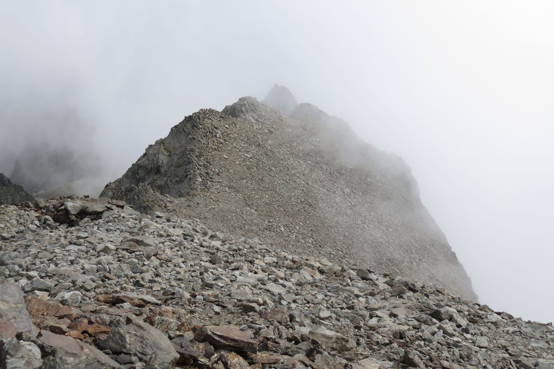 al centro, sullo sfondo, l'Asquasciati visto dalla vetta del Clapier
