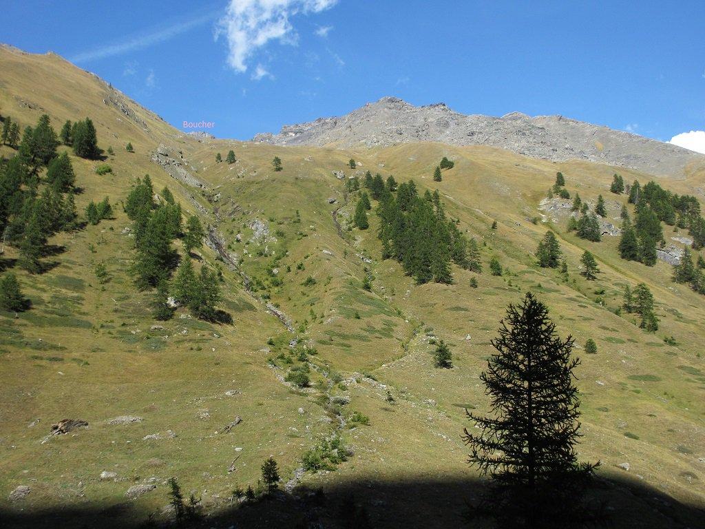 La cima Boucher vista dalla sterrata che sale a Thuras Sup.
