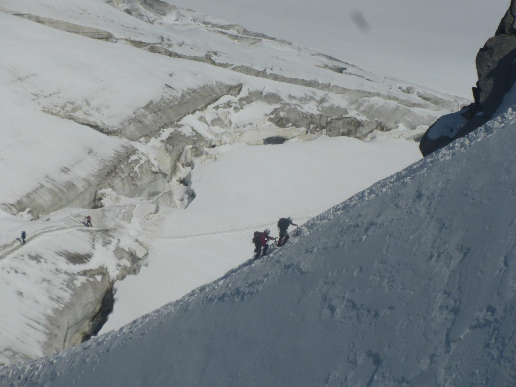 la cresta di neve che porta all'accesso della funivia