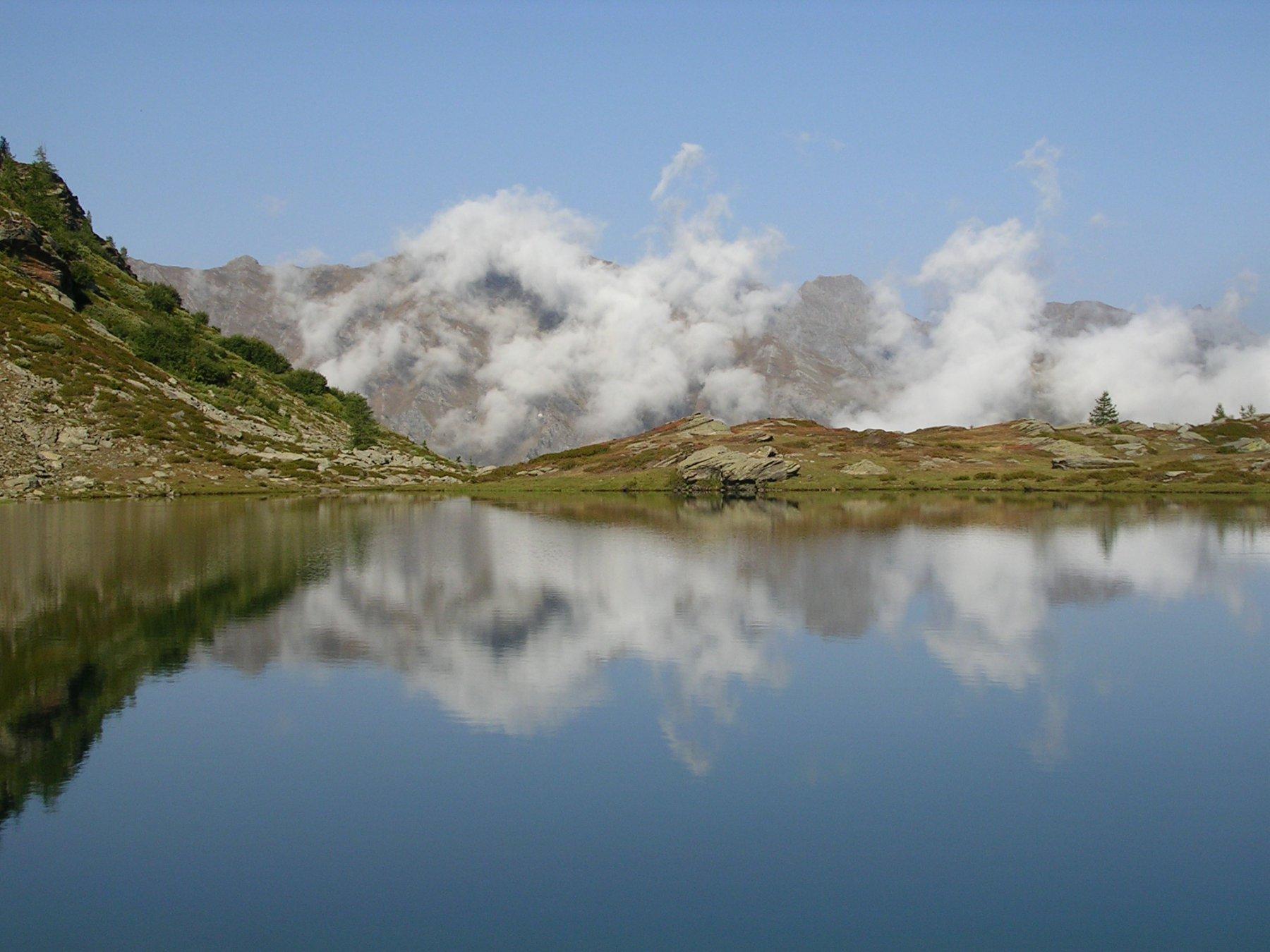 Il lago d'Envie riflette
