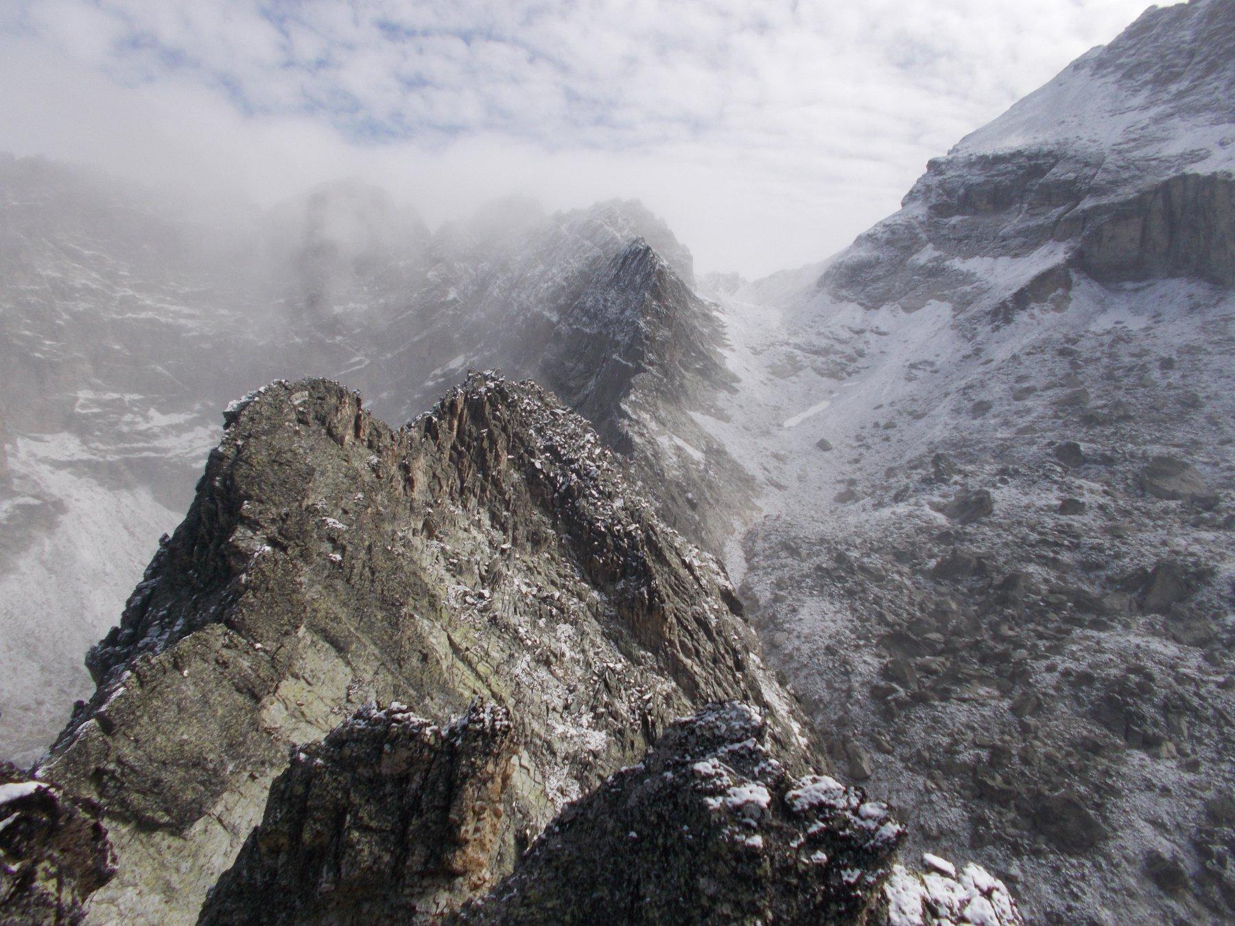 dalla cima ovest del Mezzodi, la est in primo piano e al fondo al centro il Colle della Rognosa..