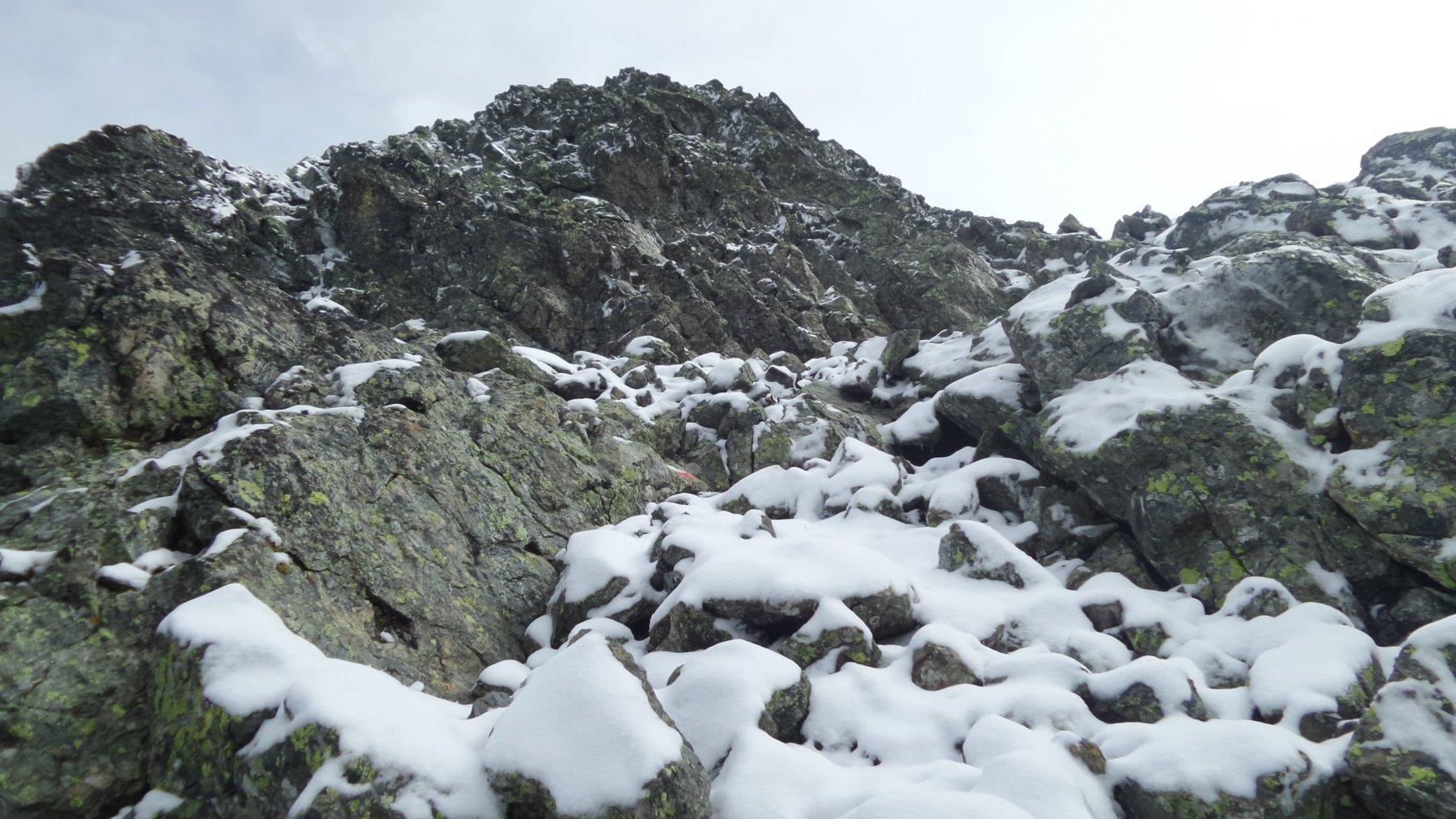 ultimo tratto di roccette prima di raggiungere la cima