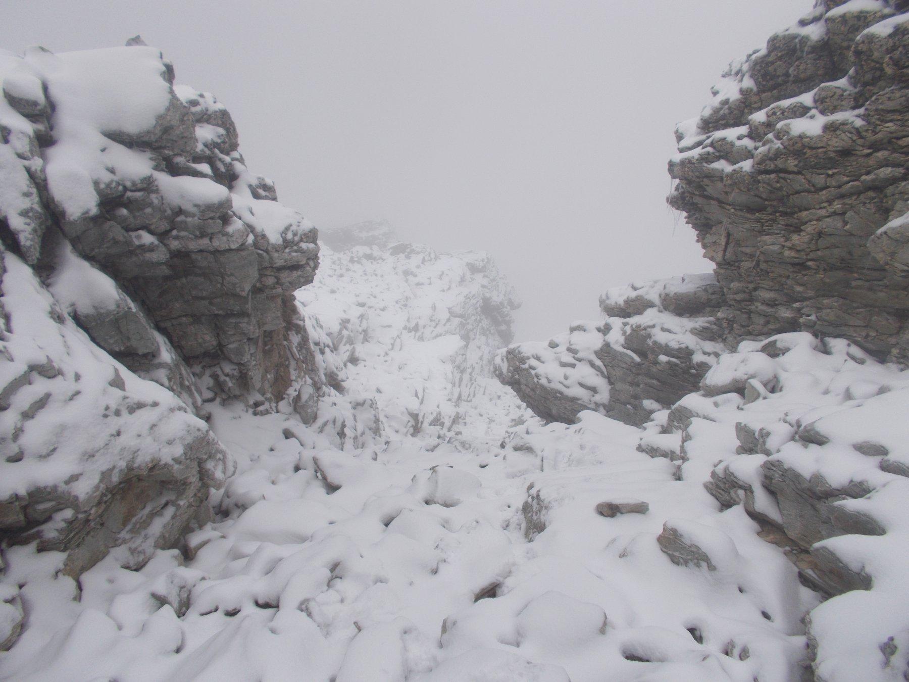 il canale d'accesso al pendio finale..intasato di neve..