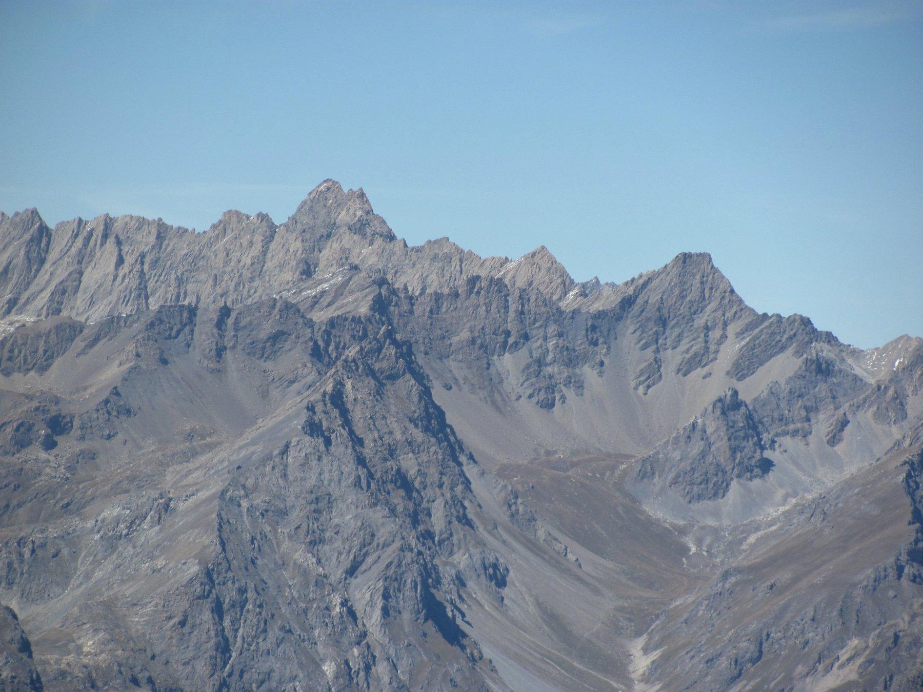 Dalla cima; zoom su l'Aiguille de Chambeyron e la Tete de l'Homme