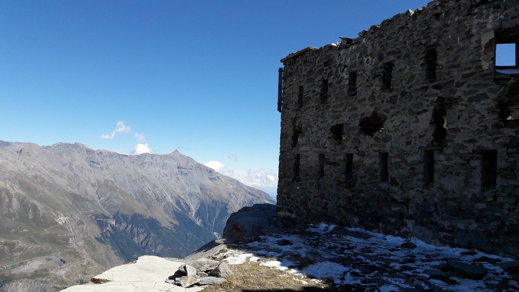 In cima, Forte Malamot e il Rocciamelone