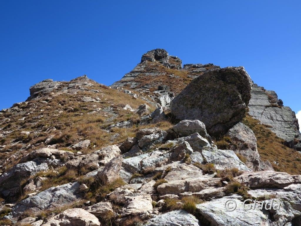 Dal Colle Bistè verso il percorso di salita a Punta Emma con gli ultimi metri di facile arrampicata