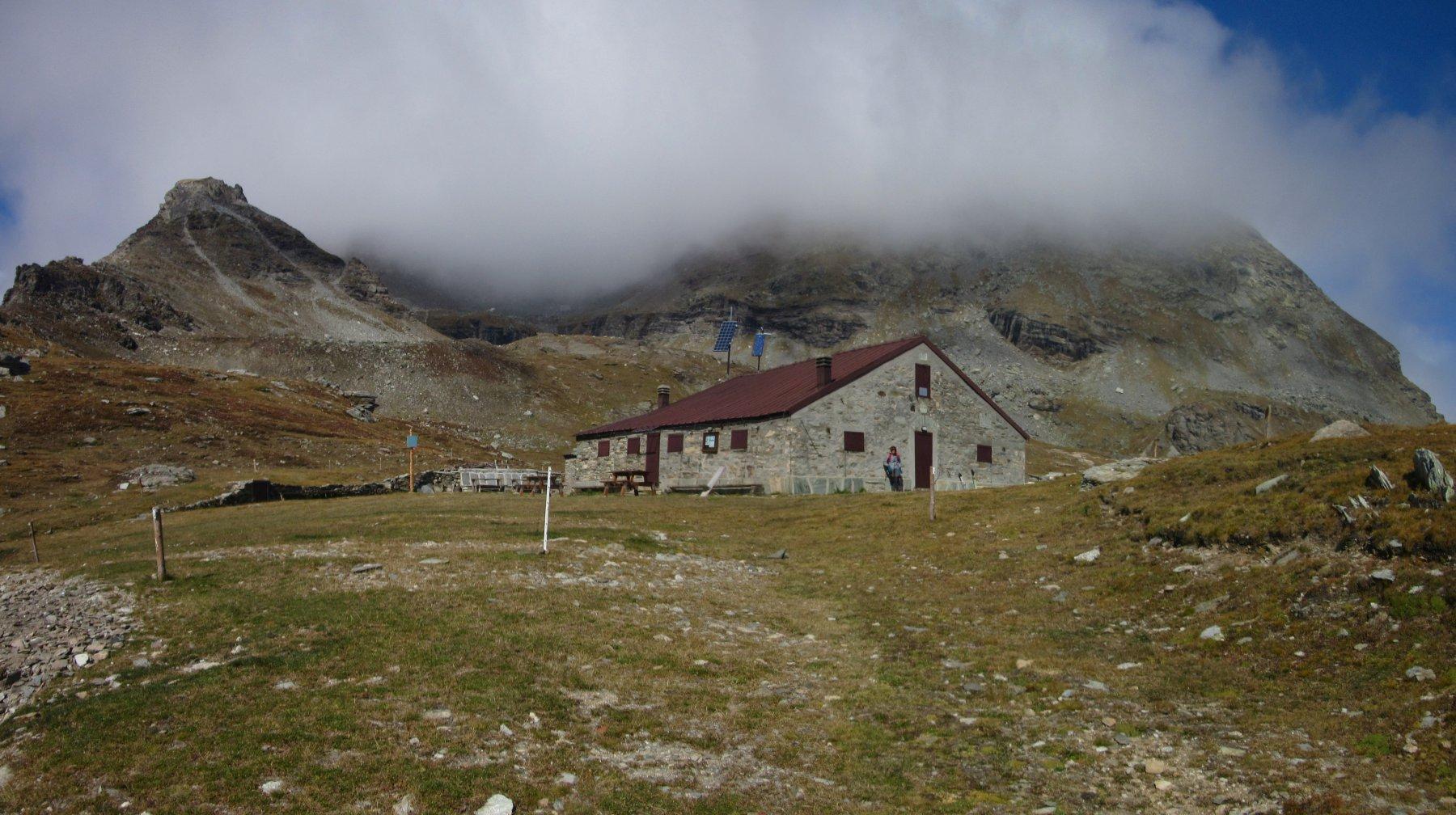 Rifugio Avanzà con dietro il Giusalet nascosto dalle nubi